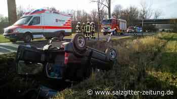 Auto landet bei Flechtorf auf dem Dach im Graben