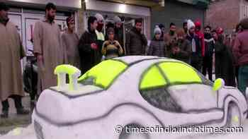 Kashmiri youth crafts fine-detailed car out of snow