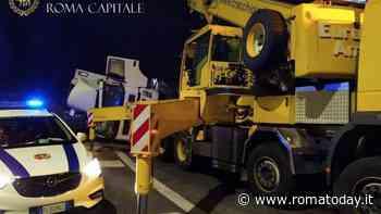 Incidente via Appia Nuova: tir si ribalta e perde gasolio in strada, camionista positivo all'alcol test