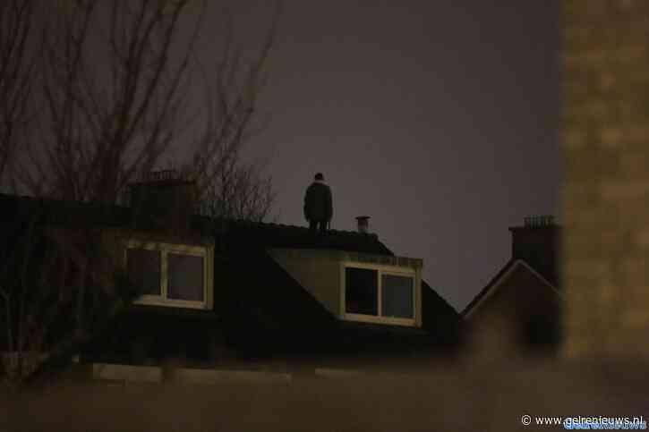 Man stond 'met hakbijl' op dak van woning in Arnhem