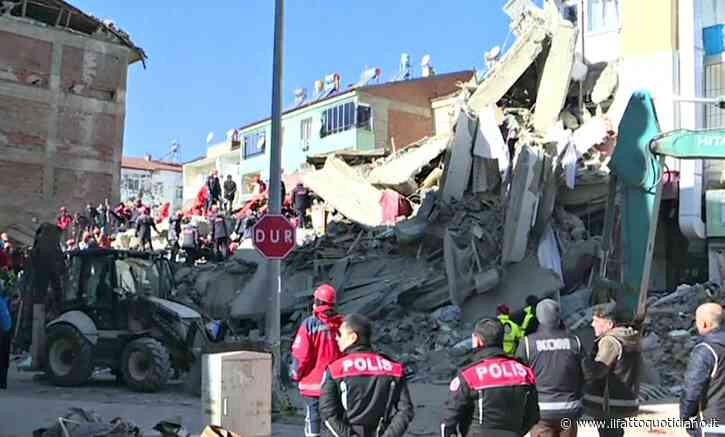 Turchia, terremoto di magnitudo 6.8: soccorritori al lavoro per estrarre persone dalle macerie