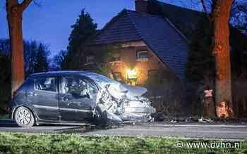 Auto in de kreukels na botsing tegen boom langs N372 bij Peize, bestuurder naar ziekenhuis