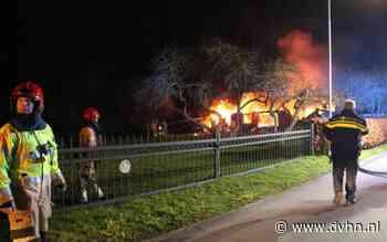 Vlammenzee legt een leegstaande woning aan de Oudezijl in Oudezijl in de as, brandweer bestrijdt het vuur