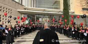 VIDÉOS. Ballons rouge et noir, haie et chants: les avocats de Grasse manifestent contre la réforme des retraites