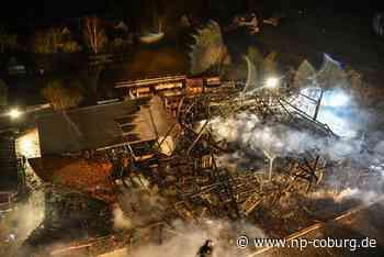 Halle einer Zimmerei geht in Flammen auf