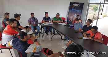 Clubes que hacen uso de las canchas del Hobo, se reunieron con el director del IDRY - Noticias de casanare - La Voz De Yopal