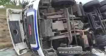 Vídeo: Carreta carregada de farinha de trigo tomba em Joaquim Gomes - - Cada Minuto