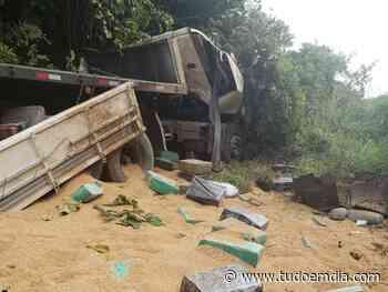 Caminhão com 6 toneladas de maconha tomba próximo à Campina Verde - Tudo Em Dia
