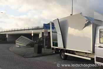 Viaduct in Rijpwetering blijkt te laag voor vrachtwagen; dak eraf - Leidsch Dagblad
