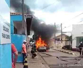 Carro pega fogo e mobiliza bombeiros no Centro de Boituva - G1