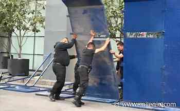 En CdMx, policías colocan tapiales en comercios por marcha feminista - Milenio