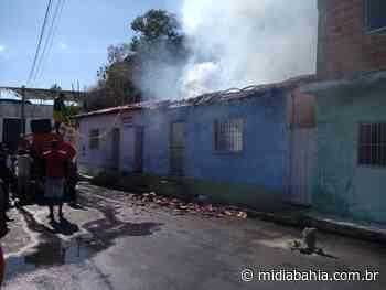Casa pega fogo no centro de Bom Jesus da Lapa - Mídia Bahia