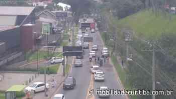 Acidente entre carro e motocicleta causa lentidão na Rua Mateus Leme - Mobilidade Curitiba