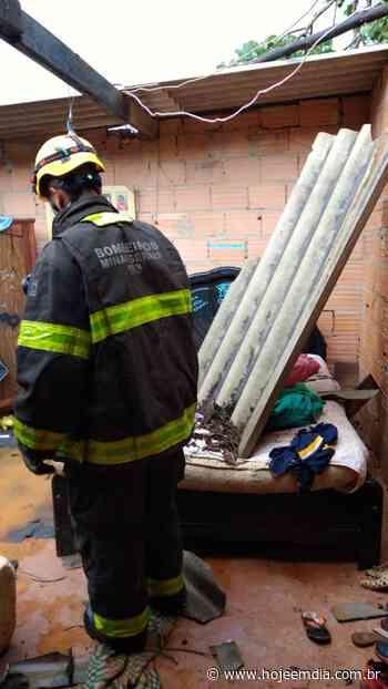 Durante chuva forte, telhado desaba em Mateus Leme e cai sobre família - Hoje em Dia