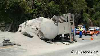 Carreta tomba na RJ-116, em Cachoeiras de Macacu - G1