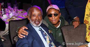"Pharrell Williams mit rührendem Tribut für ""The Black Godfather"" Clarence Avant - bigFM"