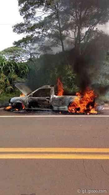 Carro pega fogo e deixa homens feridos entre Botucatu e Itatinga - G1