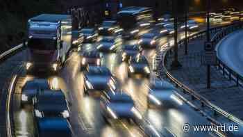 Helmstadt: Lkw-Fahrer schaut während der Fahrt eine französische Komödie - RTL Online