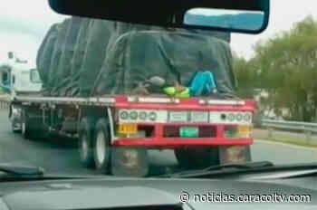Jóvenes colgados de camiones de carga en vía de Facatativá - Noticias Caracol