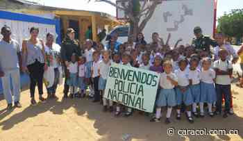 Policía dona pupitres a un colegio en zona rural de Santa Catalina, Bolívar - Caracol Radio