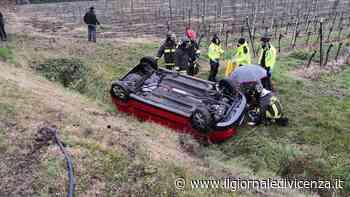 Auto finisce cappottata nella scarpata - Il Giornale di Vicenza