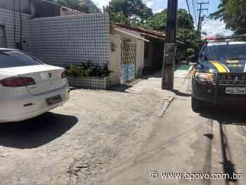 Carro roubado de motorista de aplicativo é encontrado em matagal - O POVO