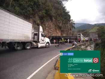 [En fotos] Por volcamiento de mula no hay paso en la vía Ibagué - Calarcá - RCN Radio