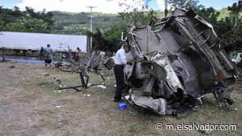 Una rastra y dos camiones fueron los involucrados triple accidente en Apastepeque - elsalvador.com