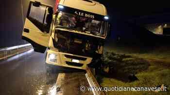 IVREA-SANTHIA' - Tir esce di strada e «inforca» il guard-rail - FOTO - QC QuotidianoCanavese