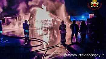 Spaventoso incendio in un deposito di vernici e solventi a Brugnera - TrevisoToday