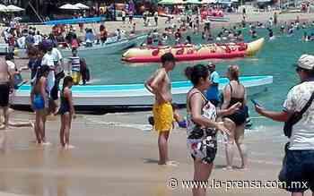 Abarrotan vacacionistas las playas de Puerto Escondido - La Prensa