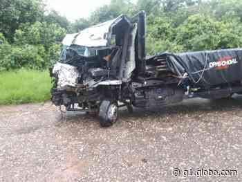 Motorista fica preso nas ferragens após caminhões baterem de frente em Borborema - G1