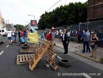 Despedidos de Tsu Cosméticos protestan frente a la planta de Villa Lynch - estadodealerta