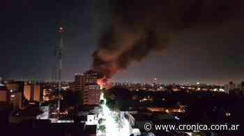 Voraz incendio en fábrica de Villa Lynch: trabajan 20 dotaciones de bomberos - Crónica