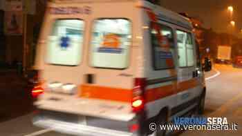 Auto esce di strada e si ribalta nel campo, dopo aver sfondato il guard rail - Verona Sera
