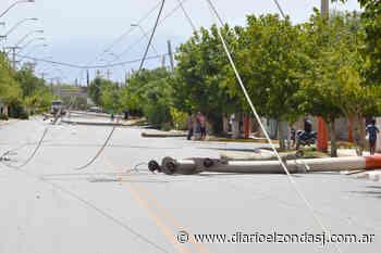 Medio San Juan sin luz, postes, cables y árboles caídos - Diario El Zonda