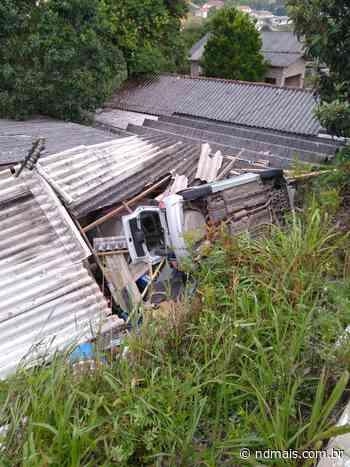 Após capotamento, carro cai sobre garagem em Rio Negrinho - ND Mais - Notícias