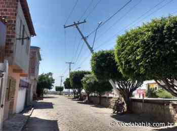 Santaluz: Poste fica dependurado em fios após carro colidir em equipamento - Voz da Bahia