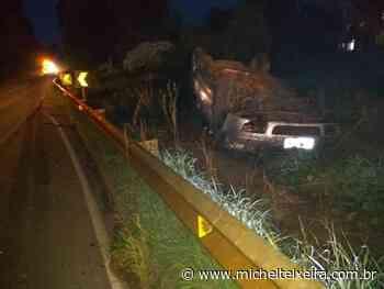 Veículo capota na SC-355 entre Fraiburgo e Videira - Michel Teixeira