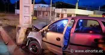 Automóvil se impactó contra un poste de luz en Cayambe - Diario El Norte