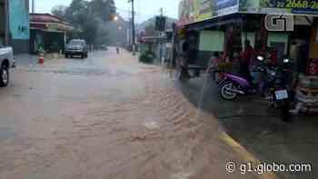 Rios transbordam e ruas ficam alagadas após chuva em Silva Jardim, no RJ - G1