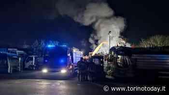 Incendio nella ditta di autodemolizioni: spento con l'aiuto del proprietario - TorinoToday