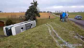Debatte nach tödlichem Unfall: Eltern fordern strengere Regeln für Schulbusse - DER SPIEGEL