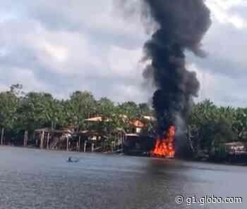 Barco carregado de combustível fica totalmente destruído ao explodir em Abaetetuba, no PA - G1