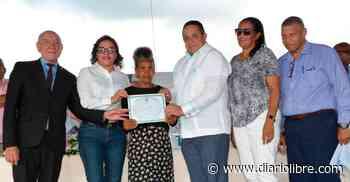 IAD entrega títulos de propiedad en Carrizal, el Barro y Majagual, en Azua - Diario Libre