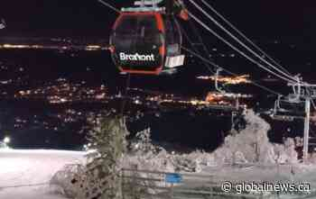Hundreds of skiers evacuated from Bromont ski lift in Quebec - Global News