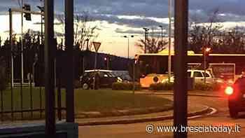 Auto si schianta contro un pullman carico di studenti diretti a scuola - BresciaToday