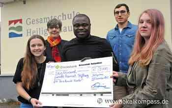 Ex-Nationalspieler mit großem Engagement: Gerald Asamoah freut sich über Scheck aus Heiligenhaus - Velbert - Lokalkompass.de