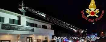 Scintille dal camino del ristorante Vigili del fuoco a Novedrate - La Provincia di Como