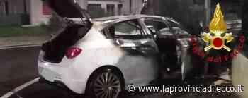 Auto in fiamme dopo l'incidente Vigili del fuoco a Novedrate - La Provincia di Lecco